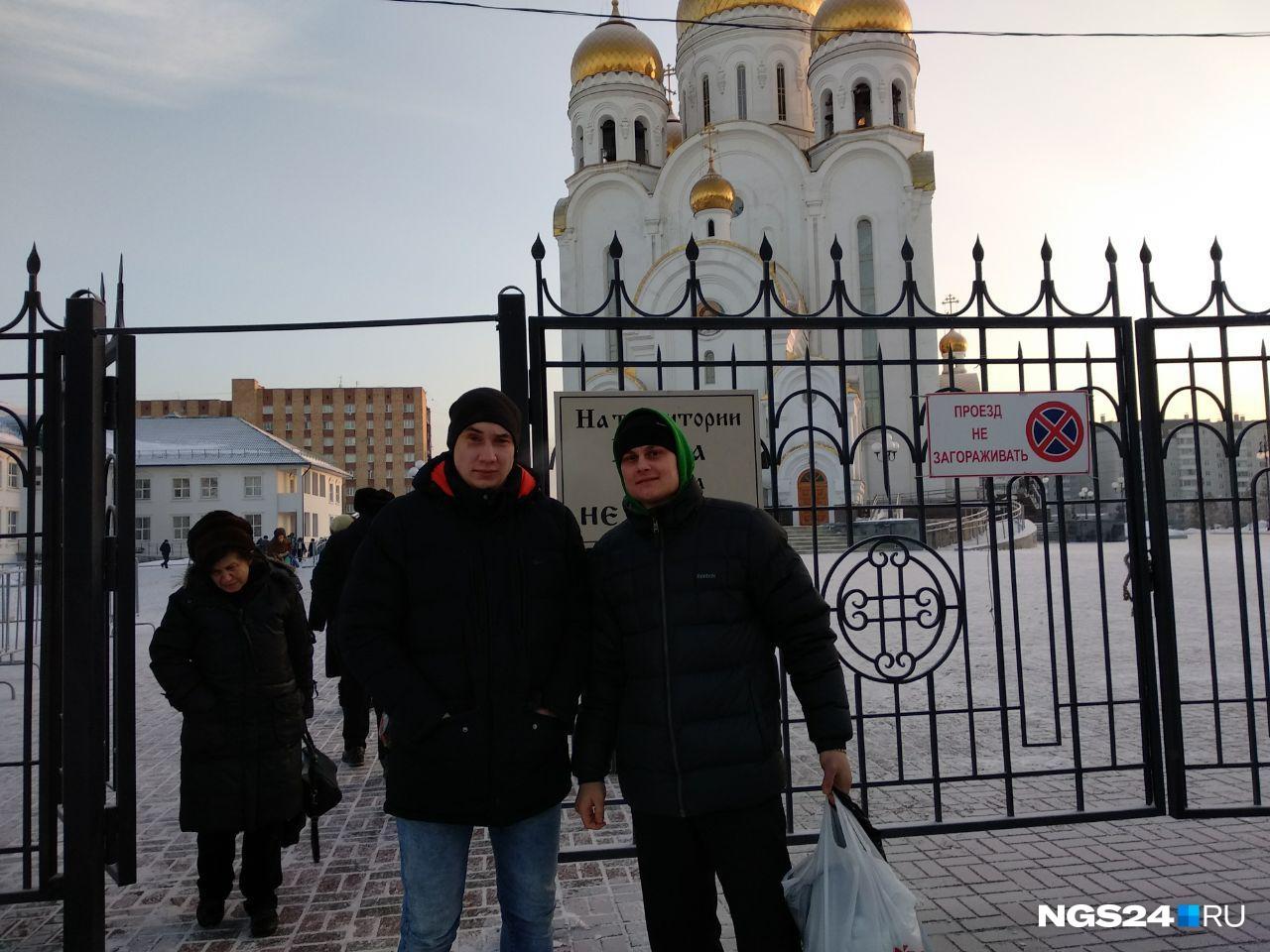 Алексей и Андрей только что вышли из раздевалки, уже окунулись