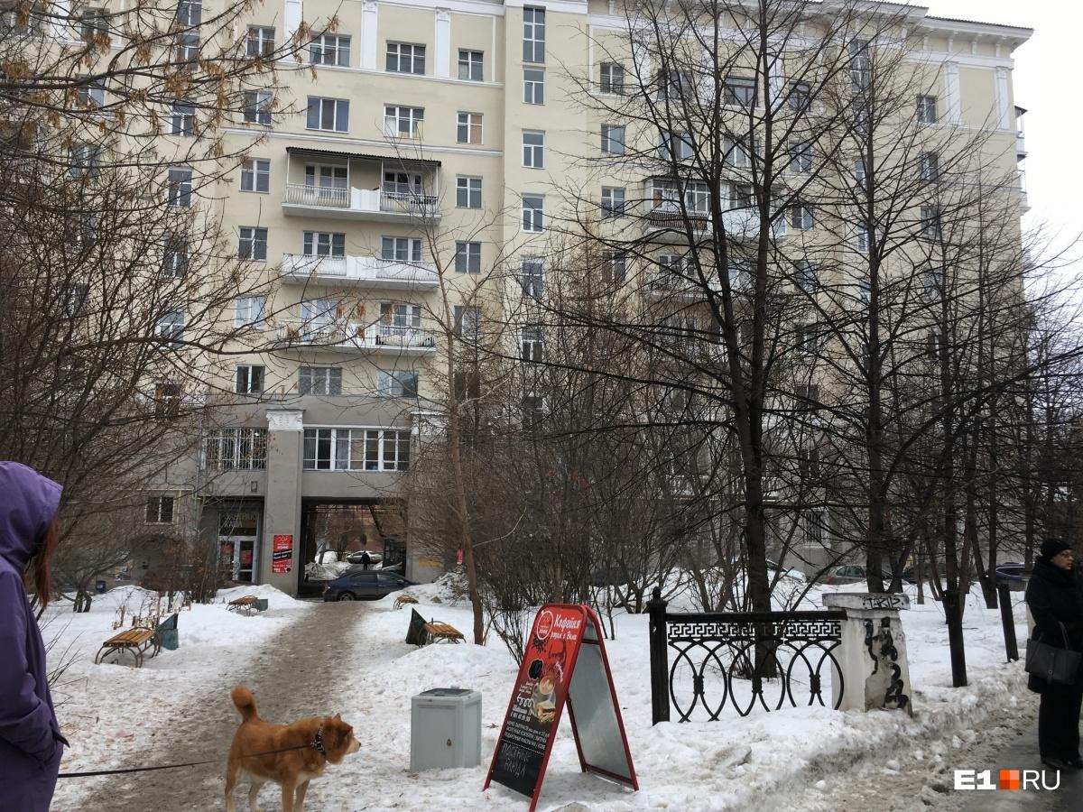 Возле элитной сталинки в центре Екатеринбурга украли ограду каслинского литья