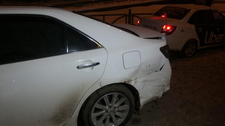 Жесткое столкновение Toyota Camry с такси Uber на Белинского попало на видео