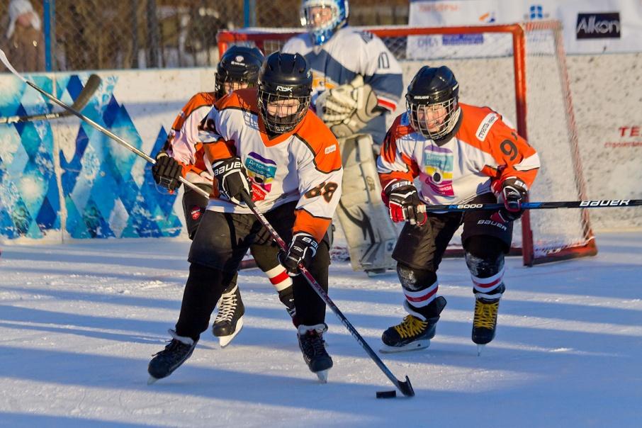 Воспитанник челябинского хоккея Антон Белов помогает ДДХЛ