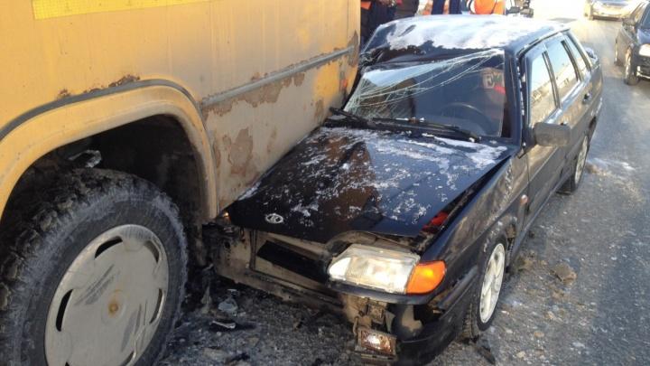 На Ташкентской водитель «пятнадцатой» заехал под автобус