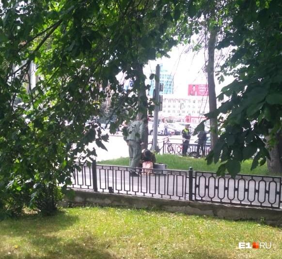 Екатеринбуржец нашел бесхозный пакет, сообщил в полицию и стал наблюдать: что из этого вышло