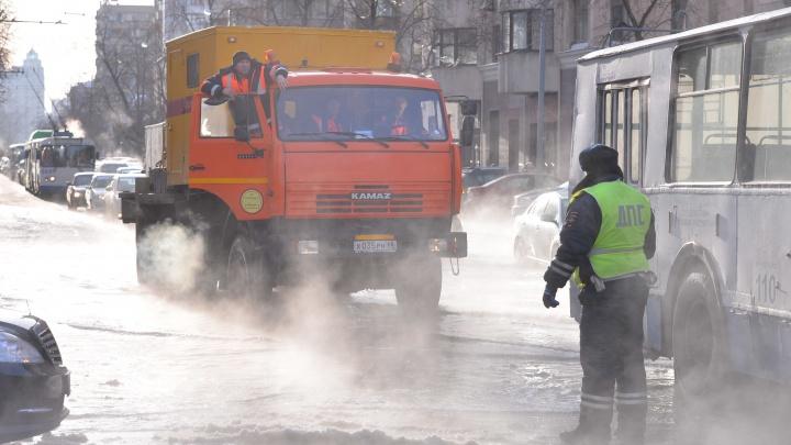 В Водоканале рассказали, где в Екатеринбурге будут сужать проезжие части улиц для перекладки сетей
