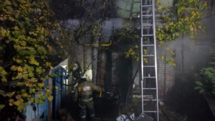 Тушили девять часов: ночью в районе Лендворца сгорел жилой дом