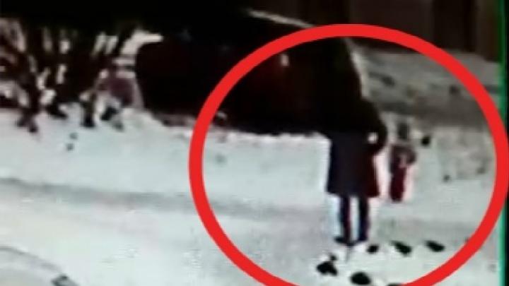 «Швыряла и пинала девочку»: следователи проверят северянку на предмет жестокого обращения с детьми