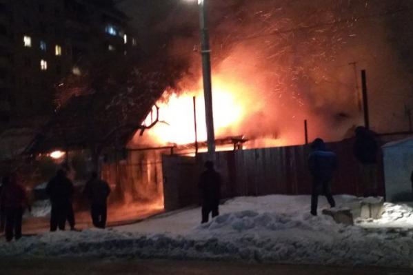 Пламя быстро распространилось на соседние дома