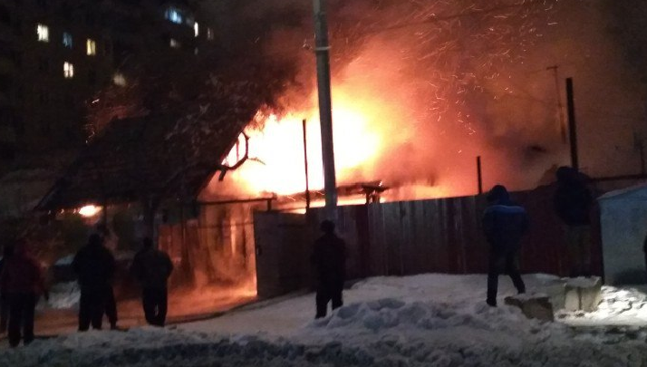 Видео: страшный пожар на Добролюбова уничтожил три дома