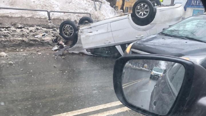 «Поскользнулся!»: на проспекте Масленникова машина перевернулась на крышу
