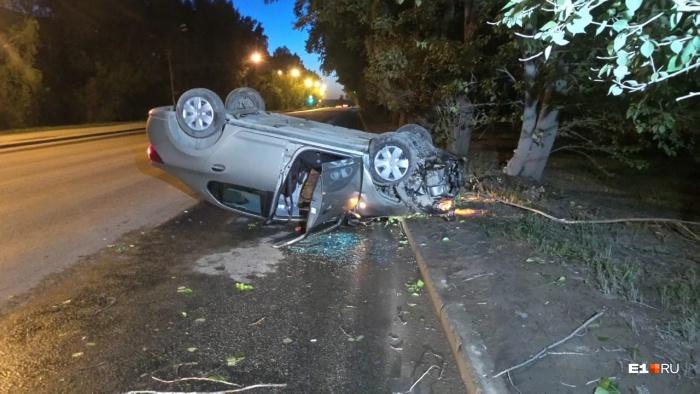 Автомобиль перевернуло на крышу
