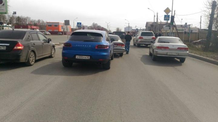 Не успел затормозить: водитель Porsche устроил аварию на Старом шоссе