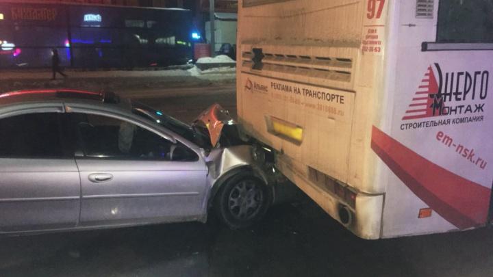 Иномарка врезалась в автобус на остановке в Октябрьском районе