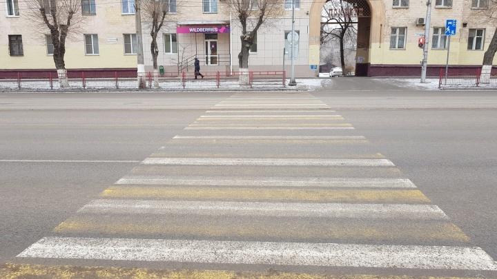 «Как уберечь детей?!»: в Волгограде учителя вышли на дежурство к переходу, где Mercedes сбил ребенка