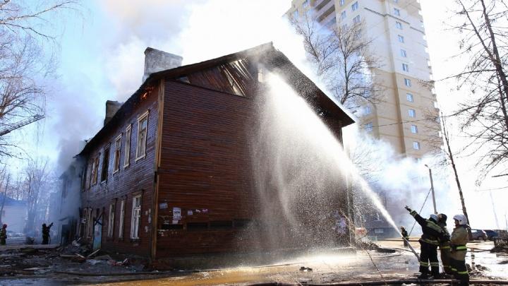 Бросился со второго этажа: в Ярославле из горящего дома выпрыгнул мужчина