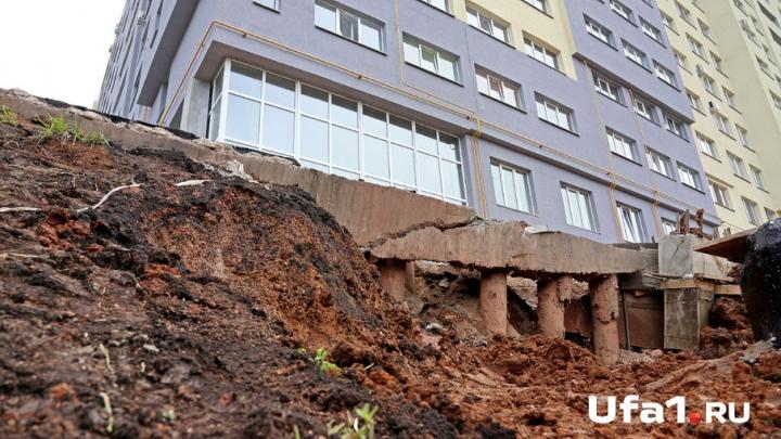 В центре Уфы селевой поток завалил деревянный дом