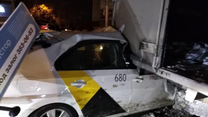 В Ленинском районе такси залетело под грузовик