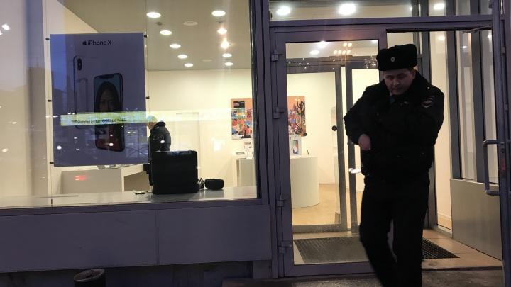 «Украли несколько айфонов со стенда»: в центре Екатеринбурга ограбили салон сотовой связи