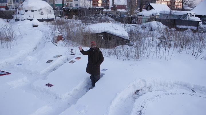 Новосибирцы разложили в снегу картины и согрелись от зажжённой «ядерной» снежинки