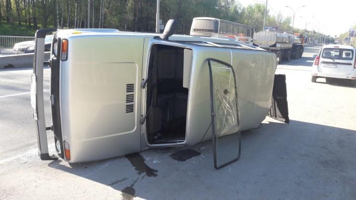 Автобус с отказавшими тормозами перевернул «Ниву» на Бердском шоссе