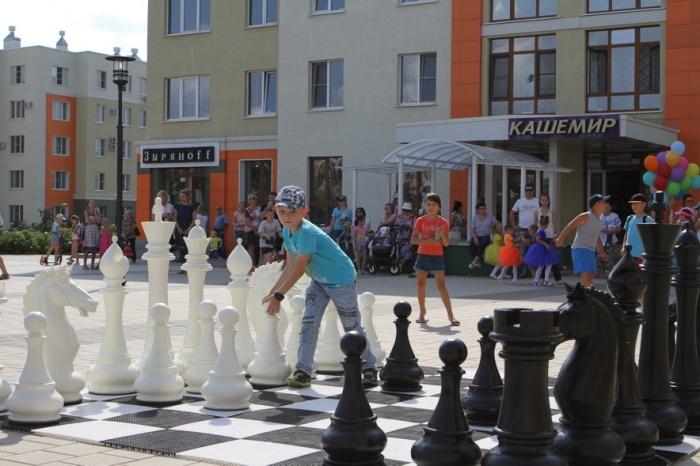 В новом микрорайоне Кемерово появились гигантские уличные шахматы (фото)