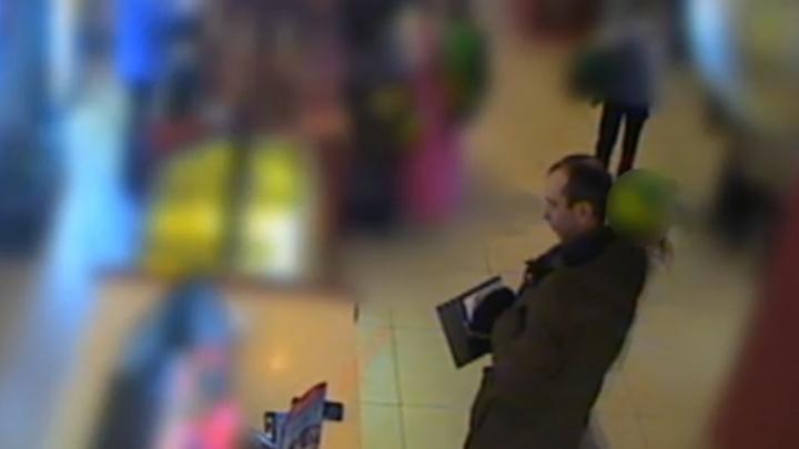 Полиция Перми ищет очевидцев кражи смартфона в ТРК «Колизей». Видео
