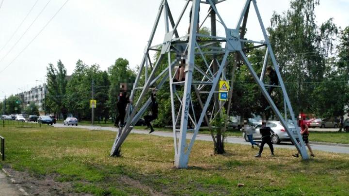 Не хватает детских площадок: в Самаре дети играли на опоре ЛЭП