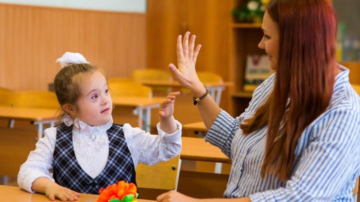 «Они не странные»: в Челябинске в общий класс приняли детей с аутизмом и синдромом Дауна