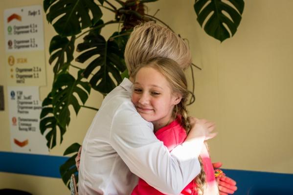 Марию Найдину спасали несколько месяцев — организм девочки поразила тяжелейшая инфекция, и врачи действительно боролись за её жизнь. На фото Мария — с неврологом Анной Тереховой, ответственной за отделение медицинской реабилитации