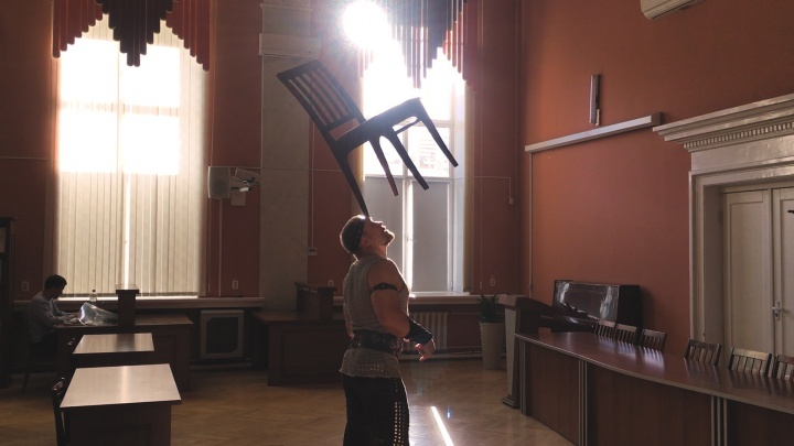 Сила знаний: челябинский артист цирка поднял головой шкаф со 120 книгами