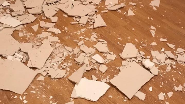 """""""Не успели заехать, как рухнул потолок"""": в квартире на Машинной обвалилась штукатурка"""