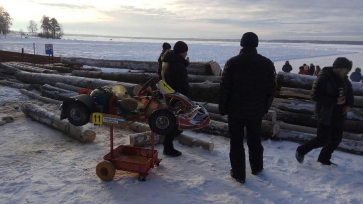 На Балтыме заблокировали выезд на лёд горой брёвен, чтобы не пустить туда любителей дрифта