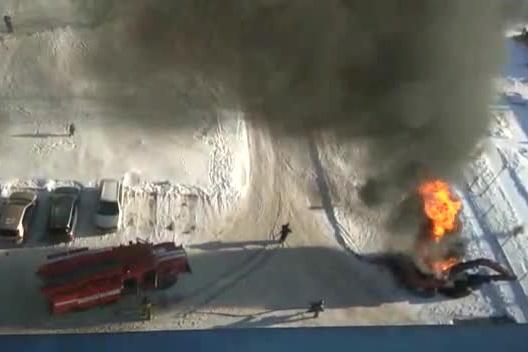 Видео: на парковке в Нижней Ельцовке вспыхнул трактор