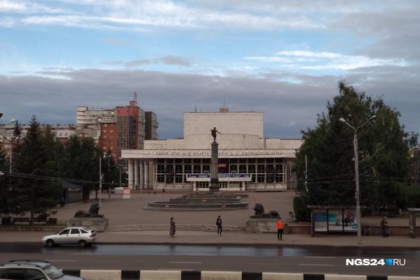 Инициалы Дмитрия Хворостовского размещены на фасаде театра