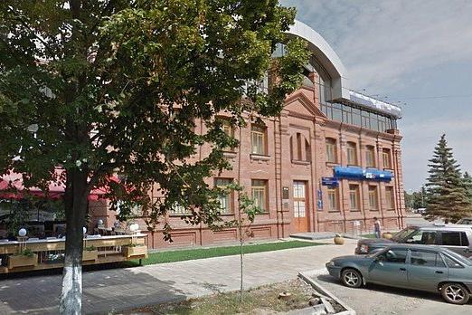 Здание расположено недалеко от площади Куйбышева
