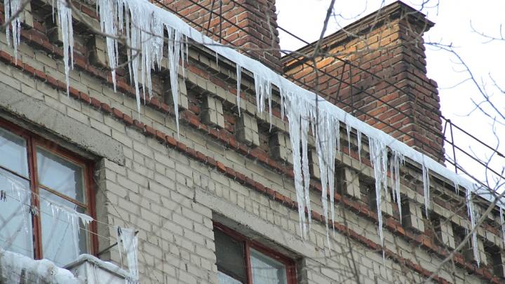 На Южном Урале снег с крыши обрушился на школьницу