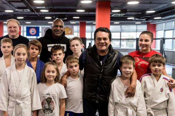 Известные боксеры провели занятие для детей