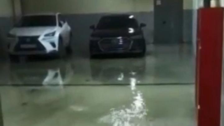 В элитном ЖК «ВолгоградСити» затопило парковку с дорогими иномарками