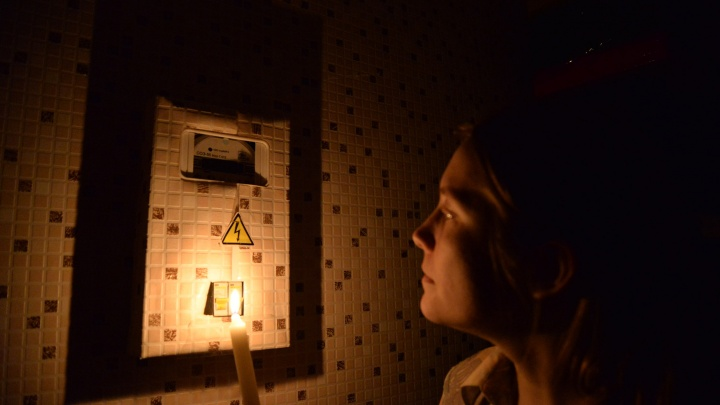На ВИЗе из-за аварии погасли светофоры, а в домах отключили свет