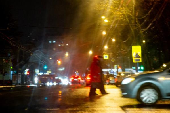 В тёмное время суток водителям сложно заметить людей на дороге