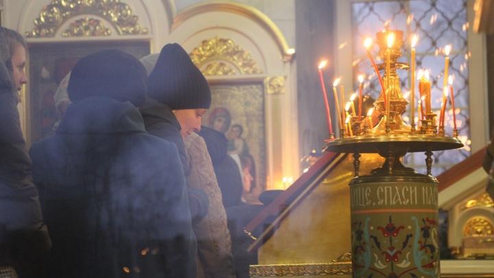 Из-за конфликтов и луж в храмах Архангельска не будут разливать святую воду