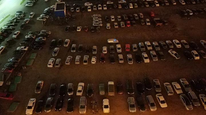 В «Белых росах» ради детсада начали сносить парковку. Водители в панике