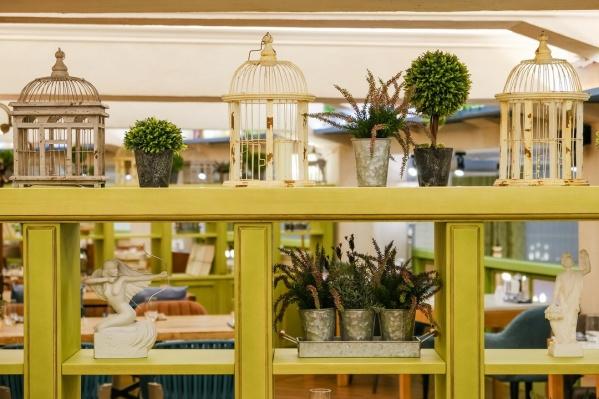 В интерьере много зеленого цвета и растений