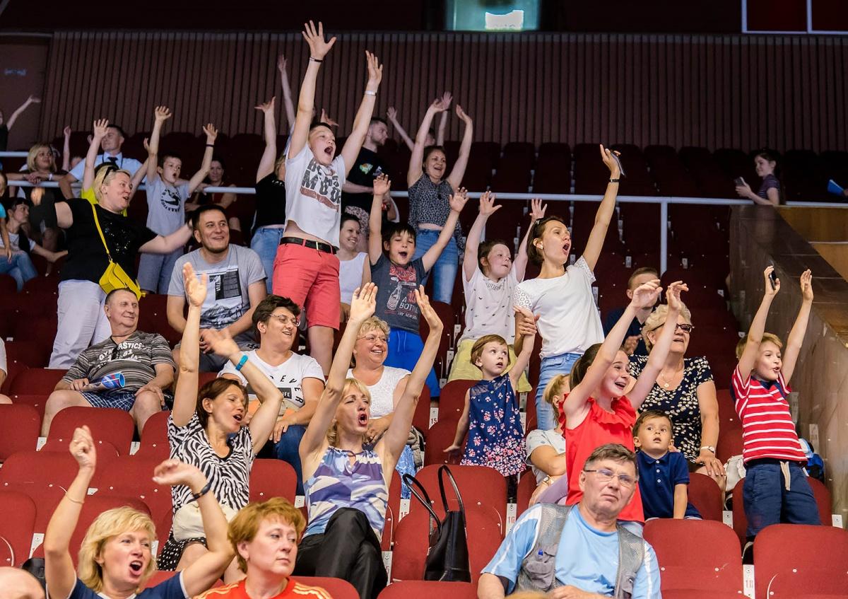 В зрителей «пуляли» футболками с символикой первенства и Кубка России