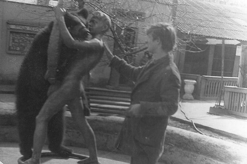 Зоолог Сергей Стенно с медвежонком Дымкой. 1974 год<br>