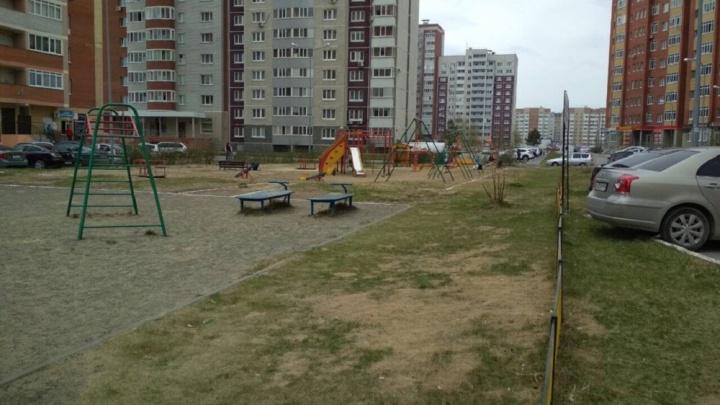 «Не можем открыть окна»: жители Восточных микрорайонов жалуются на невыносимую вонь во дворах