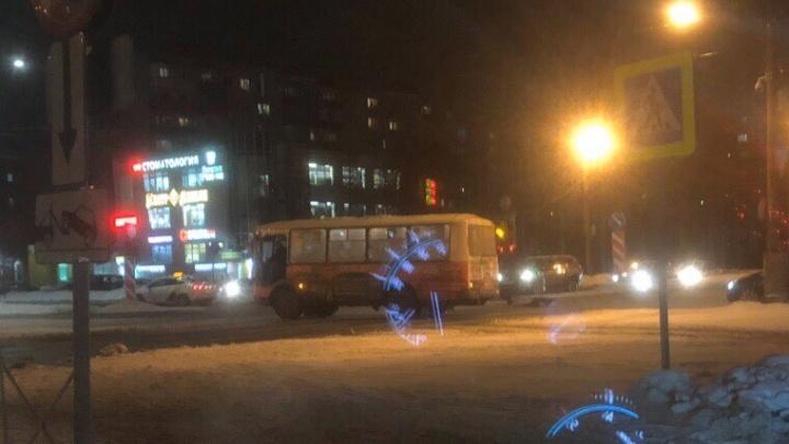 «Водитель аж за голову схватился»: в Архангельске автобус насмерть сбил женщину на пешеходнике