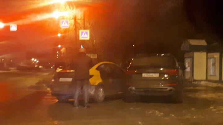 Самарец на каршеринговом авто врезался в припаркованный Audi и сбежал