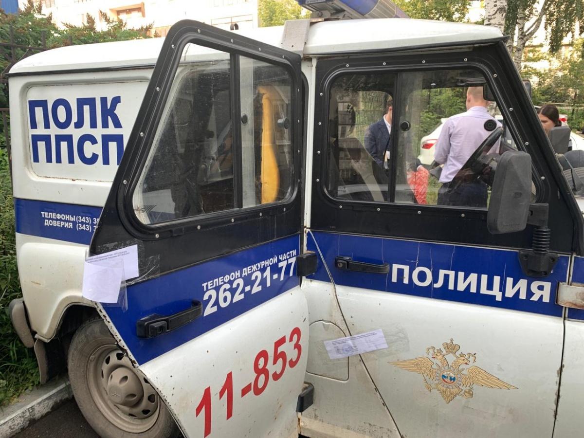 Полицейские поймали девушку, когда она выходила из сауны, и посадили в эту машину