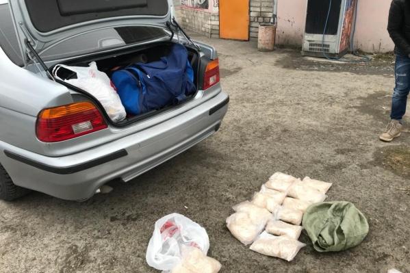 Мужчин остановили по пути в Богданович. В машине у них были наркотики