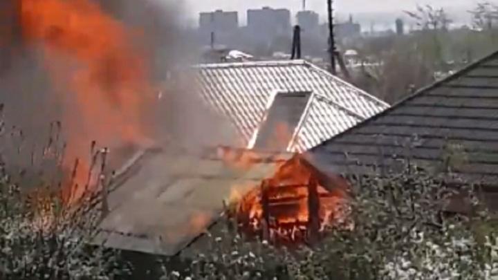 Волгоградцев испугал пожар в частном секторе: видео