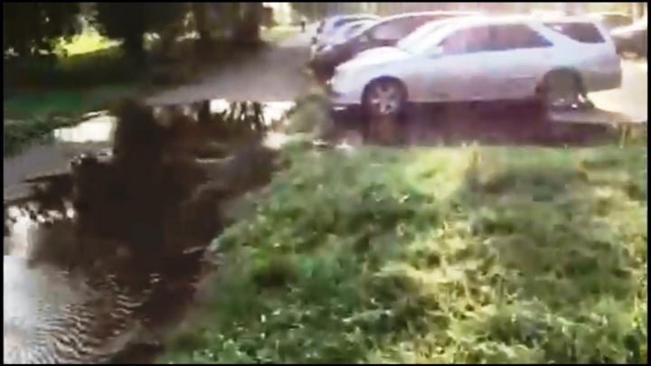 На Рокоссовского из-за порыва водопровода затопило двор